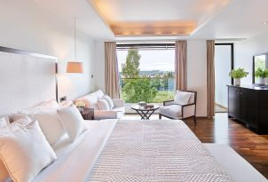 09-sea-view-junior-suite-vouliagmeni-suites